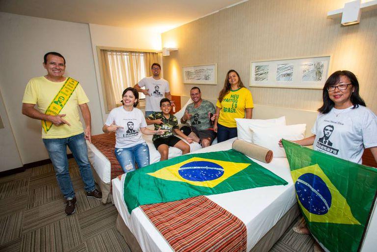 Vladimir Codinhoto (em pé, com a faixa de Bolsonaro), Gilvânia Medeiros (primeira sentada, da esquerda para direita) e amigos que vieram para a posse.