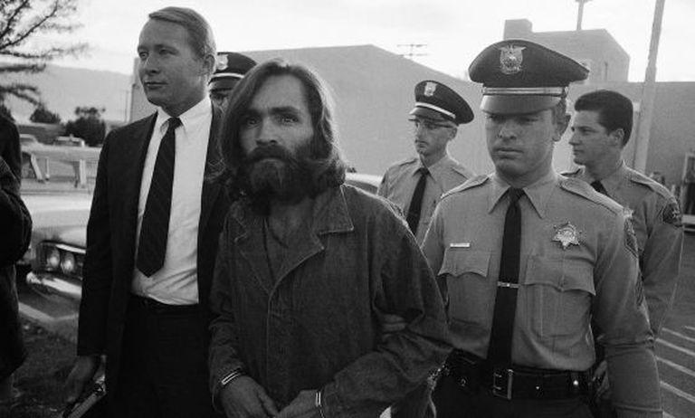 Charles Manson é escoltado ao tribunal em 1969
