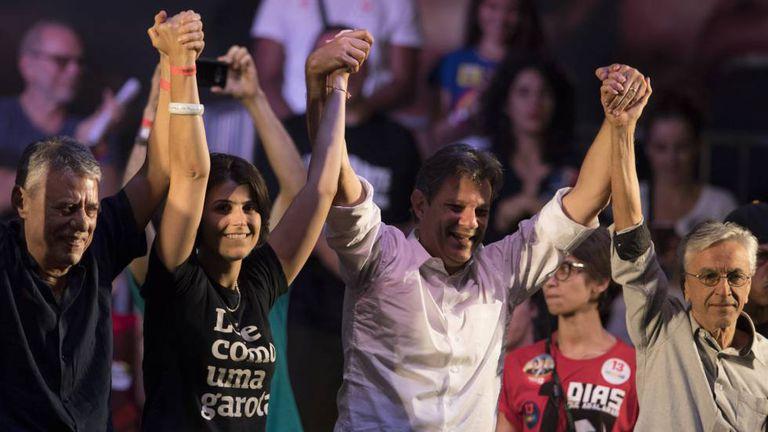 Os cantores Chico Buarque e Caetano Veloso, ao lado de Haddad e Manuela d'Ávila em ato no Rio de Janeiro nesta terça-feira, 23