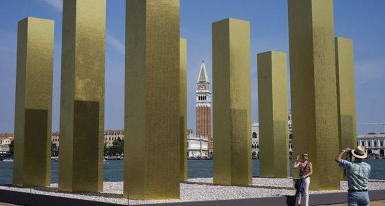 'O céu sobre nove colunas' do artista alemão Heinz Mack.