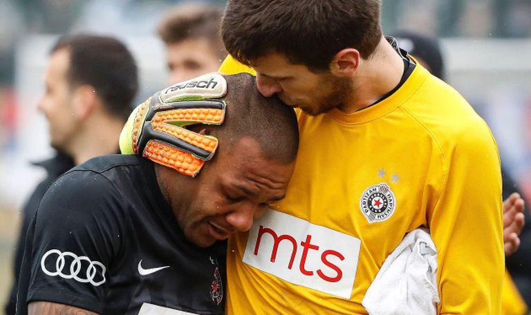 O goleiro Filip Kljajic abraça ao brasileiro Everton Ruiz ao final do jogo.