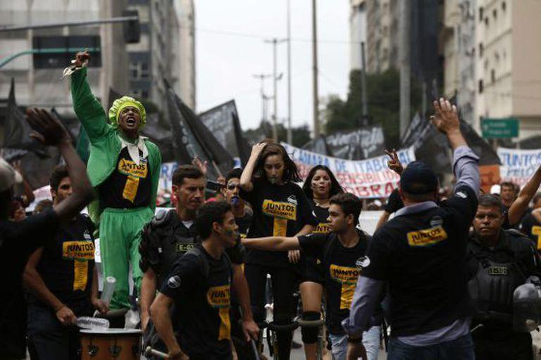 Manifestação de trabalhadores demitidos no Rio, nesta segunda.