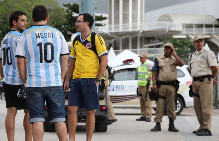 Torcedores argentinos se reúnem perto do estádio do Maracanã.