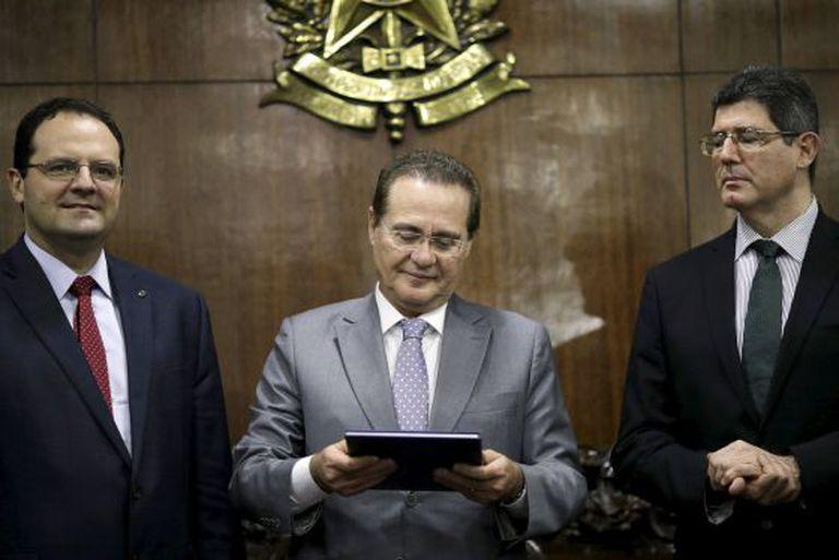 Barbosa, Calheiros e Levy, durante a entrega do Orçamento ao Congresso