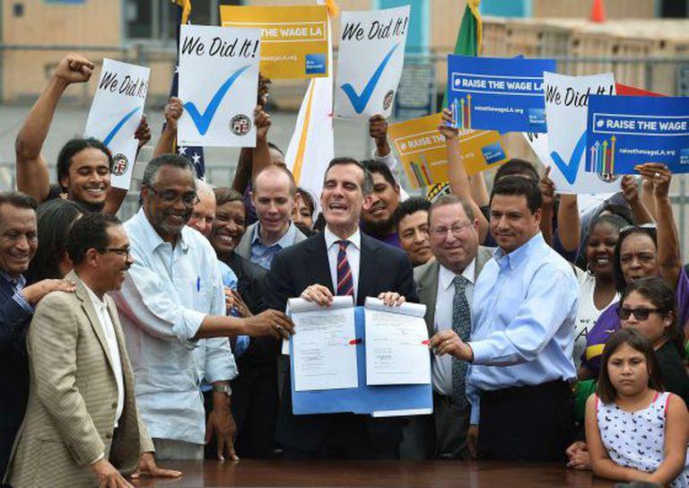 O prefeito de Los Angeles comemora a lei.
