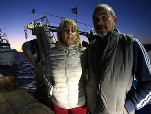 José Durá e sua mulher, Pepi Ir-lhes, no porto de Santa Pola, enquanto esperam notícias de seu filho.