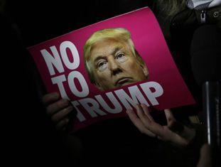Cartaz de americanos contrários a Donald Trump