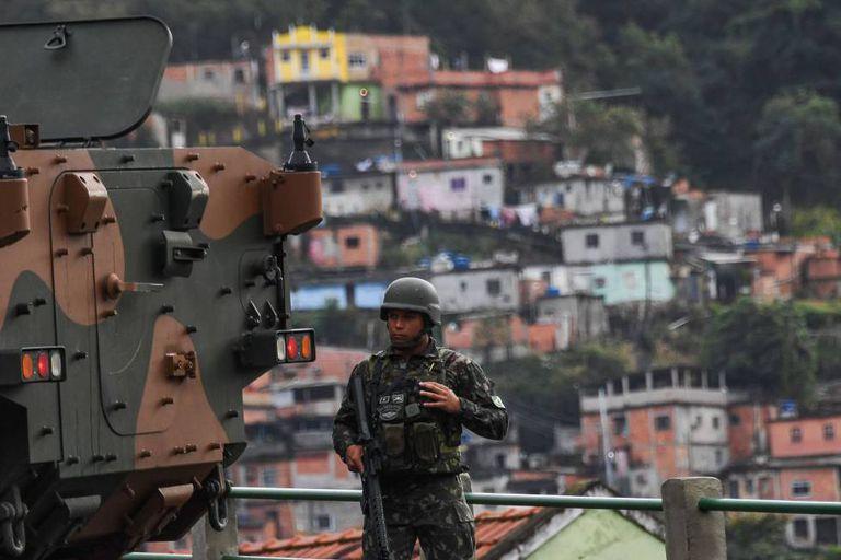 Um soldado em frente à favela Morro do Macaco durante a operação deste sábado no Rio de Janeiro.