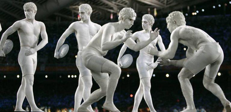 Atores representando os atletas da Grécia clássica.