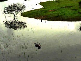 Morador local navega pelo rio Negro, afluente do rio Amazonas.