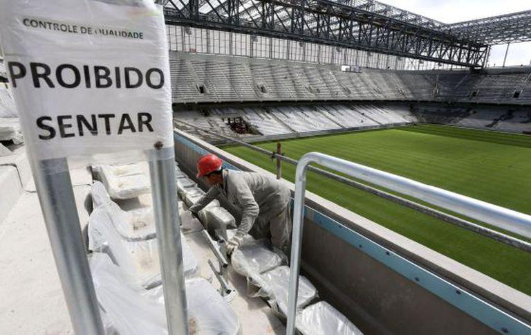 Operário trabalha nas obras da Arena da Baixada.