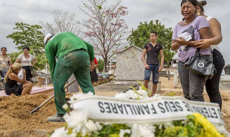 Enterro de presos vítimas da chacina em Roraima.