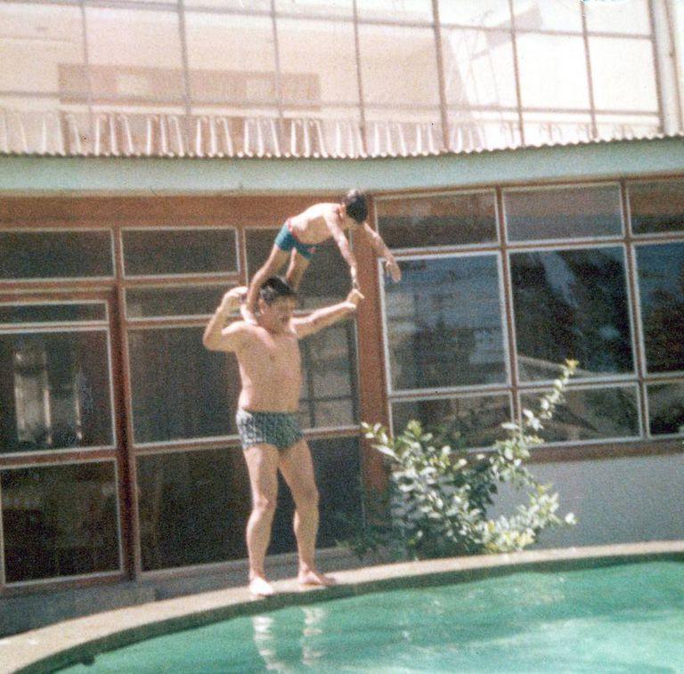 O militar Luis Fernando Cisneros, na piscina com o filho dele, ainda criança