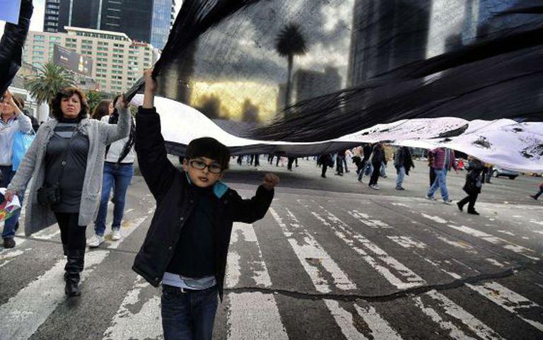 Menino em protesto pelos 43 desaparecidos em Iguala.