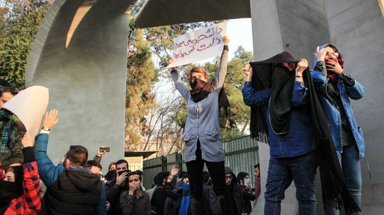 Estudantes na Universidade de Teerã em uma das manifestações contra o Governo no sábado