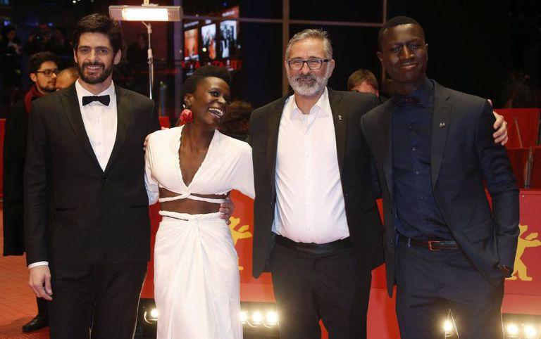 A partir da esquerda, os atores Julio Machado, Isabel Zuaa e Welket Bungue, com o diretor Marcelo Gomes (no centro), na estreia de gala de 'Joaquim' na Berlinale.