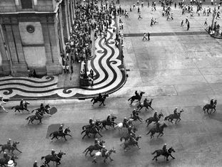 Cavalaria da polícia avança sobre estudantes após missa pela morte de Edson Luís, em 1968.