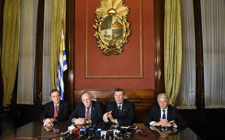 Os chanceleres do Paraguai, Emilio Loizagal (segundo à esquerda) e do Uruguai, Rodolfo Nin Novoa (segundo à direita) depois da reunião em Montevidéu.
