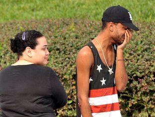 Dois familiares de uma das vítimas nos arredores da boate.