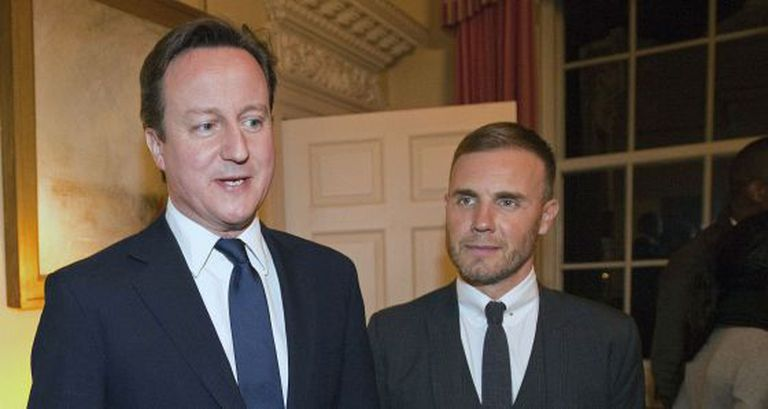 O primeiro-ministro britânico David Cameron com Gary Barlow, cantor e compositor do Take That.