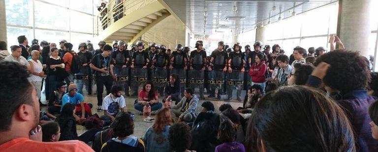 Estudantes à frente da PM no Centro Paula Souza.