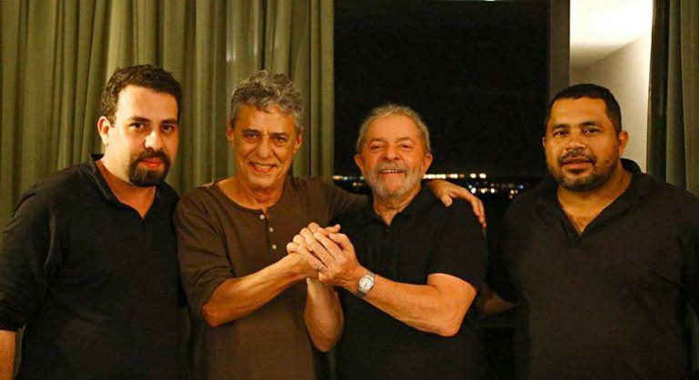 Guilherme Boulos, do MTST, Chico Buarque, Lula e João Paulo, do MST em foto divulgada pela página do petista no Facebook neste domingo.