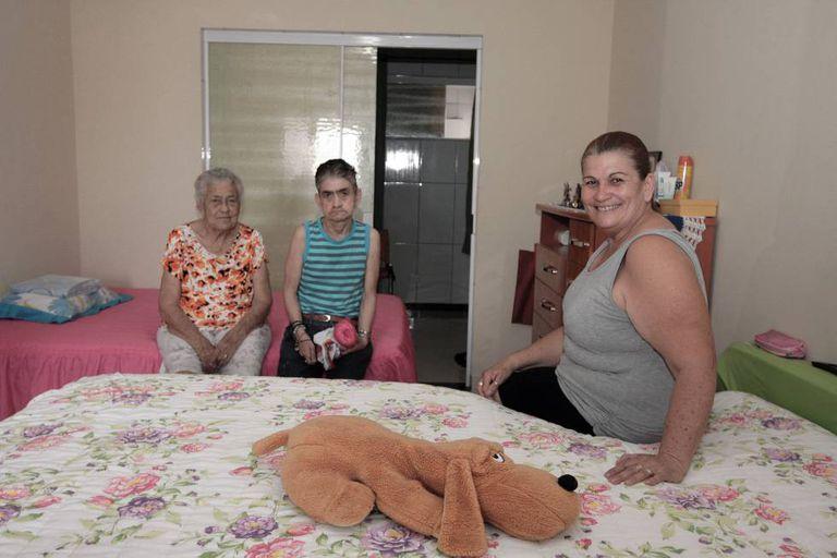 Depois que dona Alzelia teve um AVC, Rosa adicionou uma cama no quarto que divide com o marido para estar mais próxima da mãe