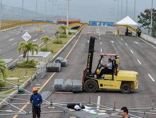 Trabalhadores montam o palco do show Venezuela Aid Concert.