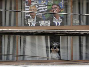 Janela em São Paulo com cartaz em apoio a Bolsonaro.