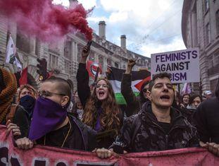 Manifestantes em Londres levam faixa 'feministas contra fascismo' durante protesto contra o Brexit, em 9 de dezembro.