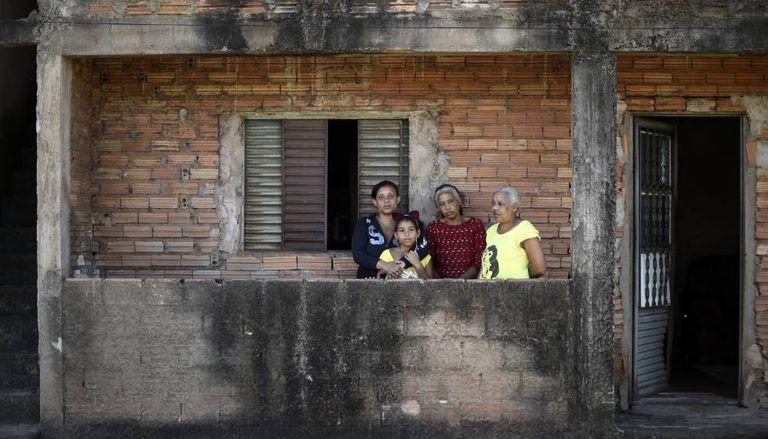 A família Anunciação, em frente a sua casa em Congonhas. Somente um colina separa de uma barragem.