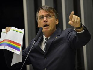 Bolsonaro protesta contra 'kit gay' no plenário da Câmara.