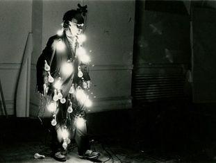 A 'performance' Lights: on/off, de Jared Bark. Uma das referências da exposição que o Whitney dedica à arte.