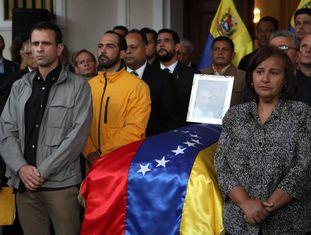 Deputados, familiares e amigos homenageiam Albán