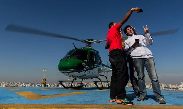 Grupo de jovens tiram 'selfie 'ao desembarcar de viagem pelo UberCOPTER.