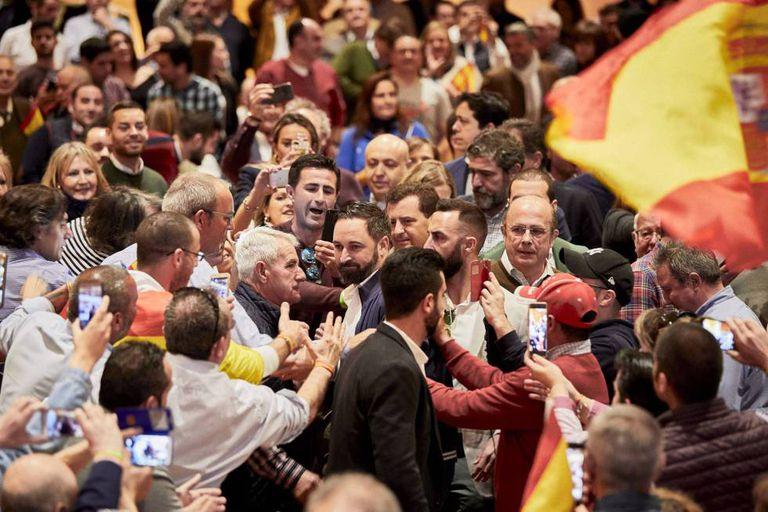 Santiago Abascal, líder do Vox, em Ciudad Real. Do lado direito, de óculos, Ignacio Gil, ex-deputado do PP.