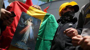 Imagem de Jesus Cristo pregada em uma bandeira boliviana em La Paz.