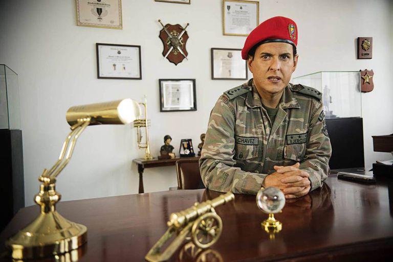 O ator colombiano Andrés Parra, caracterizado como Chávez.