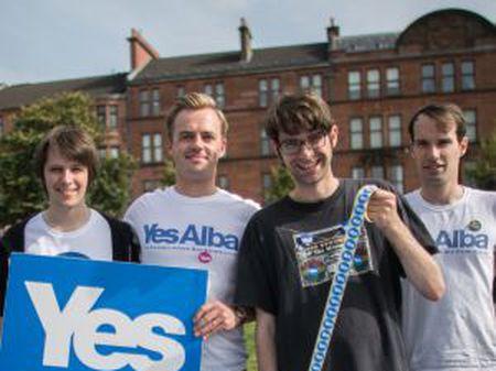 Membros do Generation Yes, um grupo de jovens independentistas, no sábado em Glasgow.