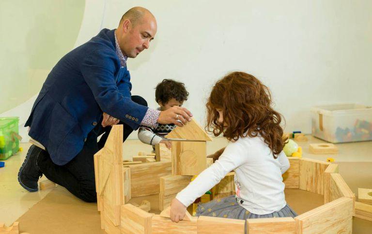 O antropólogo Ritxar Bacete com seus filhos.