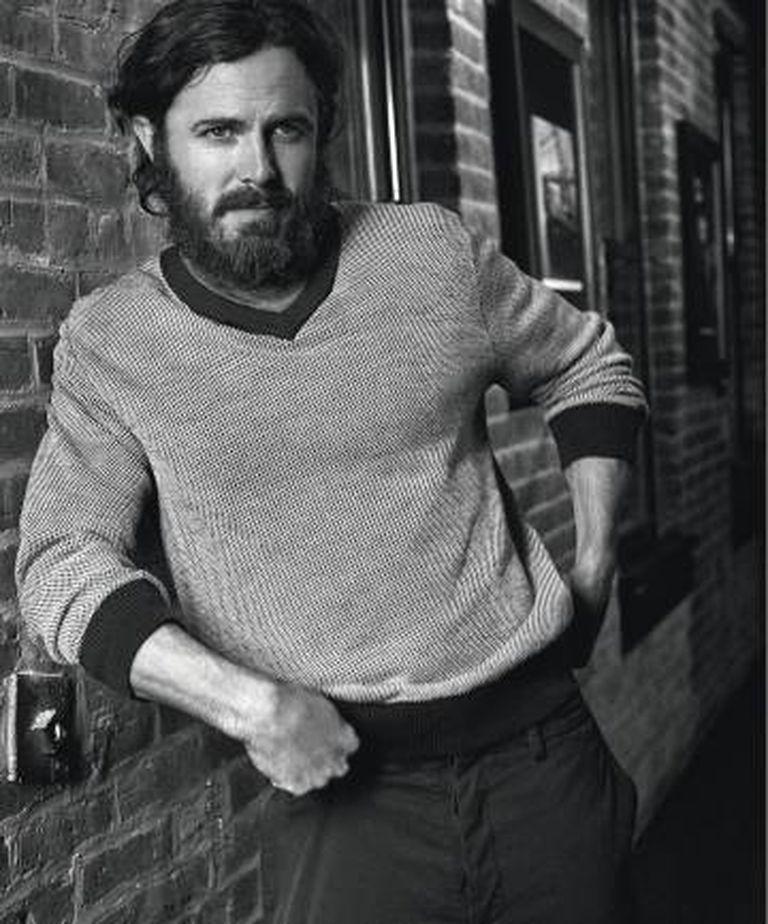 Casey Affleck veste suéter Brooks Brothers, t-shirt Diesel e calça Valentino.