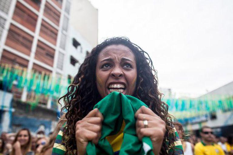 Torcedora brasileira reage ao jogo em São Paulo.