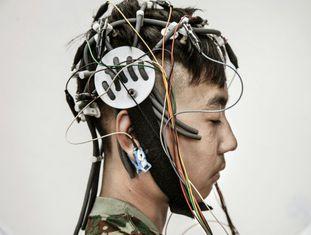 Lu Jun Song, de 13 anos, se submete a um check-up médico e a um encefalograma para saber se sofre de alguma disfunção cerebral. É seu primeiro dia na clínica fundada por Tao Ran, psiquiatra e coronel do Exército Popular de Libertação, subordinada ao Hospital Militar Geral de Pequim.