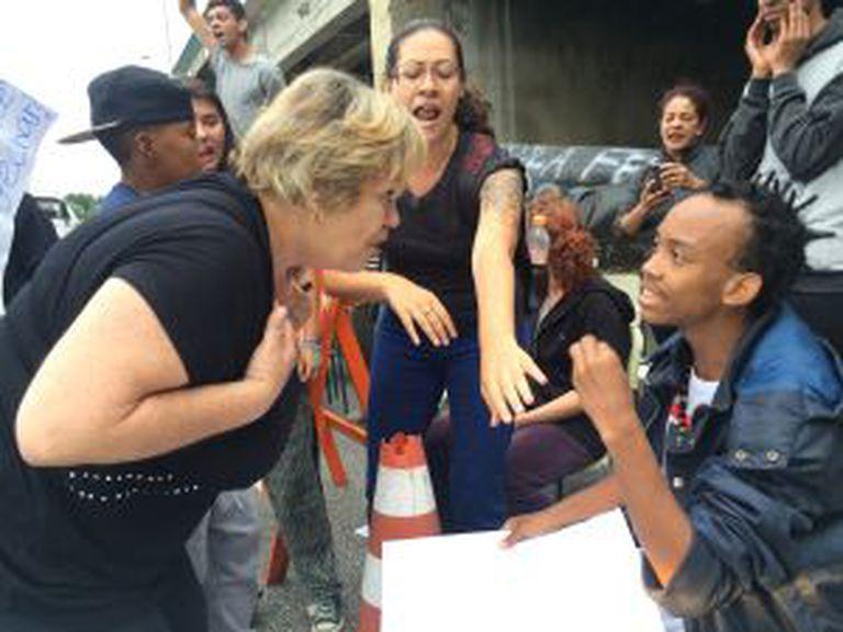 Durante um travamento na marginal Tietê, na semana passada, alguns motoristas se irritaram com o tráfego bloqueado e desceram do carro para discutir com os estudantes.