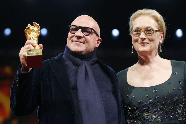 Gianfranco Rosi com o Urso de Ouro de 'Fuocoammare', ao lado da presidenta do júri, Meryl Streep.