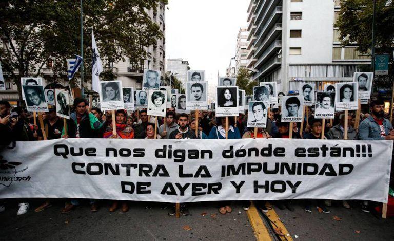 Centos de pessoas machan em Montevideo o 11 de abril passado, para repudiar a impunidade judicial para exrepresores da ditadura.