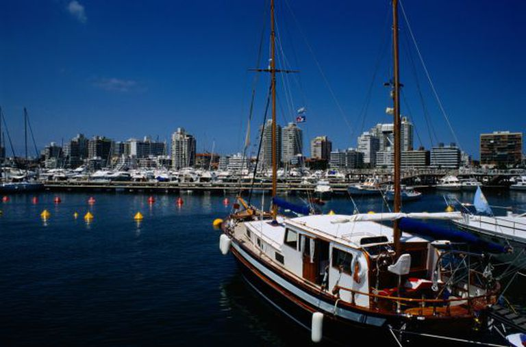 Porto e vista panorâmica de Punta del Este (Uruguai).
