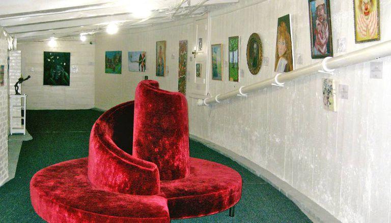 Galeria do MOBA (Museum of Bad Art) em Somerville, Massachusetts.