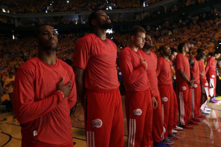 Os jogadores dos Clippers com camiseta no avesso.