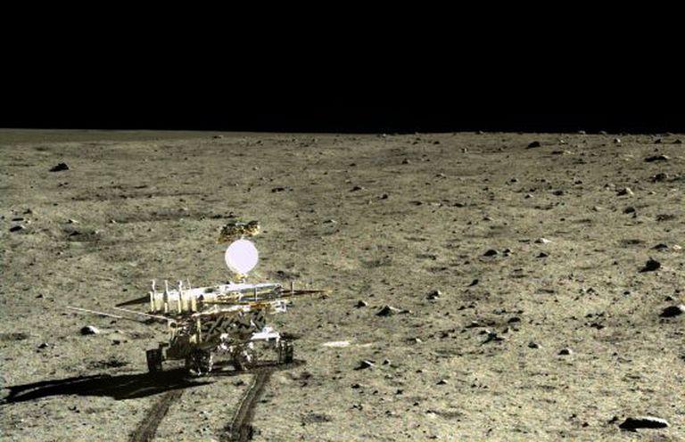 O veículo Yutu, fotografado a partir do módulo de descida, percorreu a superfície lunar durante 32 dias.